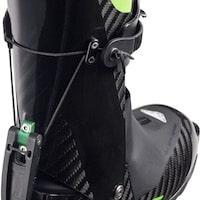 Bei diesem Dynafit Schuh kann über eine Schnalle der Schuh geöffnet und geschlossen und gleichzeitig über ein daran gekoppeltes Kabelzugsystem der Geh- in den Abfahrtsmodus umgestellt werden.