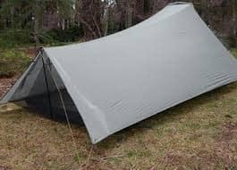 Ein Tarp ist wesentlich leichter als ein Zelt und ist eine spartanische Alternative