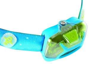 Bei dieser Stirnlampe für Kinder (Petzl Tikkid) ist das Batteriefach mit einer Schraube gesichert. Der Schalter kann auch mit kleinen Händen bedient werden. Das Kopfband mit Sollbruchstelle löst sich bei einem Unfall.