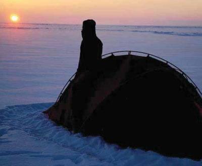Sonnenaufgang einer kalten Sonne nach einer eisigen Nacht (minus 45 °C). Nur mit dicken Daunenjacken, Arktik-Schlafsäcken und der guten Polarausrüstung Kann man an solchen Tagen morgens ohne Frostschäden aus unserem dem Zelt kriechen