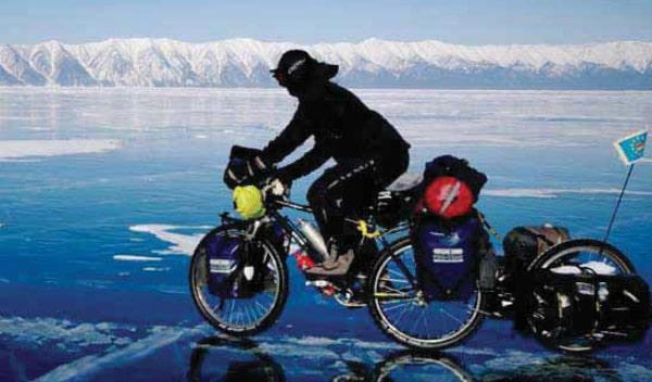 Radeln bei Tagestemperaturen um die minus 20 °C auf einem schwarzen Eisspiegel. Wenn man senkrecht nach unten schaut, blickt man in die schwarze, gähnend leere Tiefe dieses tiefsten Sees der Erde. Da wird es einem schon manchmal etwas mulmig zu Mute. Eispresszonen und Eisverwerfungen gibt es besonders häufig entlang der Küste, aber auch mitten auf dem See. Der dicke Eispanzer ist zwar stabil, aber nicht ohne innere Bewegungen.