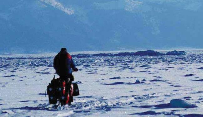 Vor den mächtigen Gipfeln des Bargusingebirges im Norden des Baikalsees hat man viel mit einer Schneeauflage auf dem Eis zu kämpfen. Manchmal kommt man nur schiebend voran