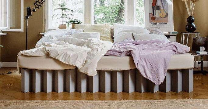Ein Bett in Überlänge ganz aus Pappe...