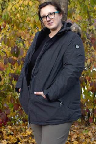 Frau mit passender Winterjacke